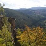 Hoch oben auf der Rabenklippe belohnt die Wanderer ein weiter Ausblick bis zum Brocken.